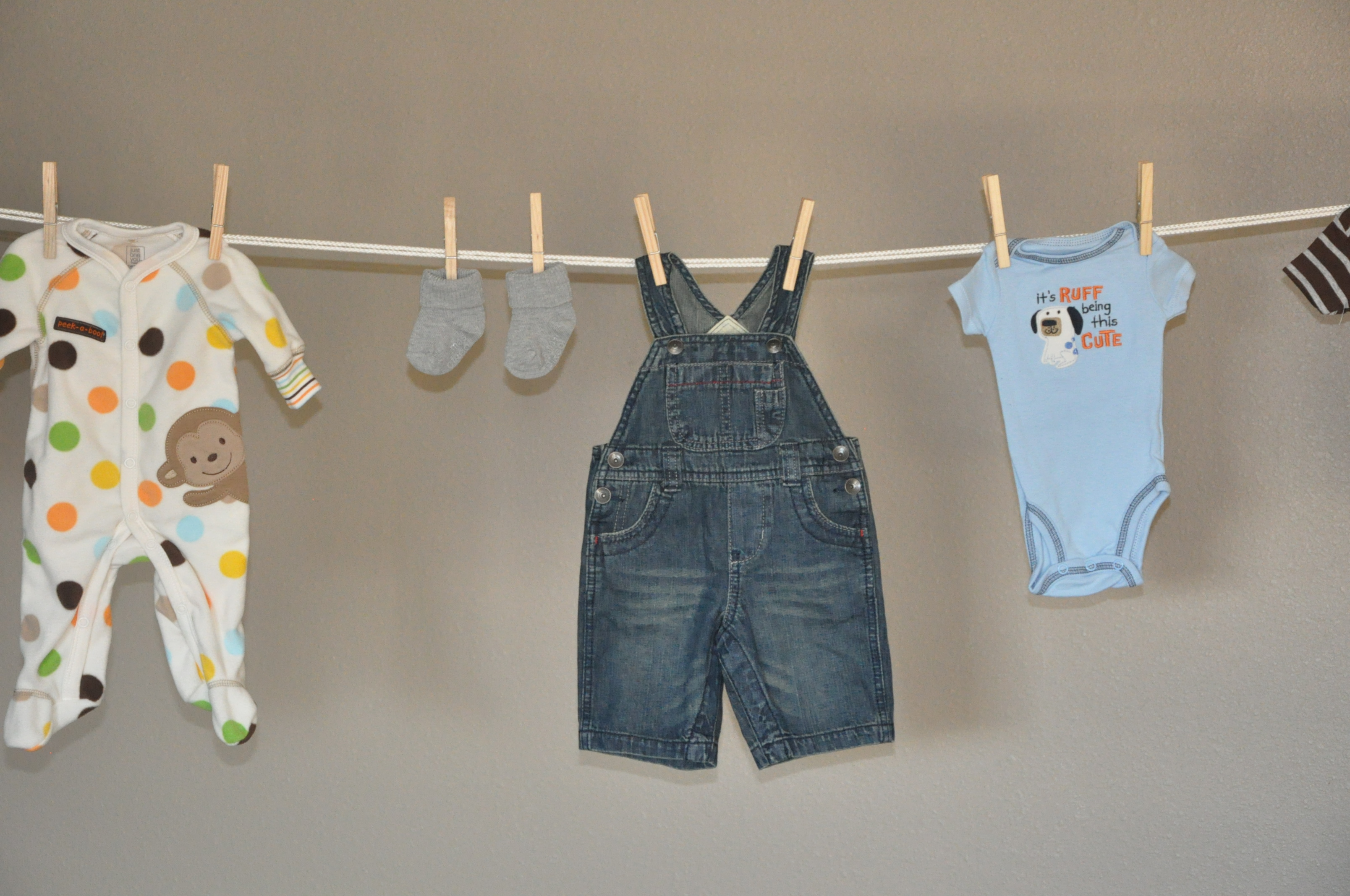 Baby shower mrs and momma for Baby clothesline decoration